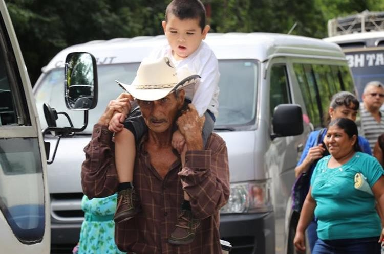 Un hombre carga a un niño a causa del bloqueo registrado en Vado Hondo, Chiquimula. (Foto Prensa Libre: Mario Morales)