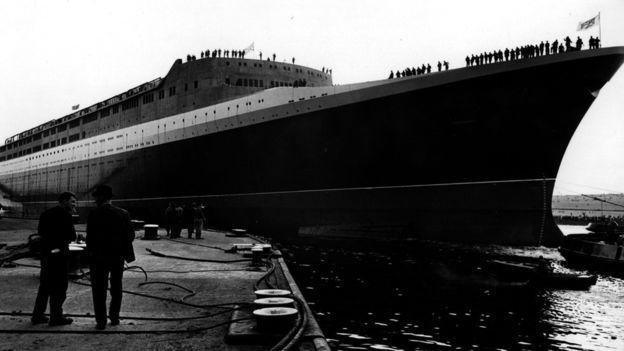 Pesa más de 65.000 toneladas y mide cerca de 300 metros de largo. EXPRESS NEWSPAPERS