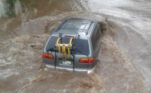 El automóvil en el que viajaba la familia López Álvarez fue arrastrado por el río Icán, en Cuyotenango, Suchitepéquez. (Foto Prensa Libre: Cristian I. Soto)