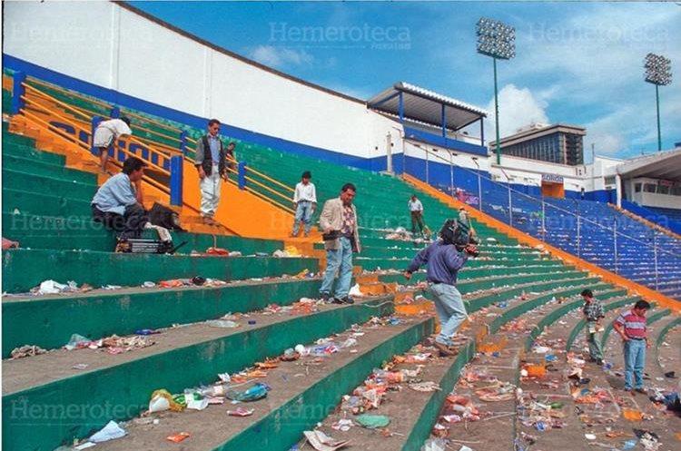 Un día después de la tragedia en el estadio Mateo Flores  acudieron medios de comunicación y directivos del futbol nacional para inspeccionar  las causas de la tragedia donde perdieron la vida 83 aficionados. (Foto: Hemeroteca PL)