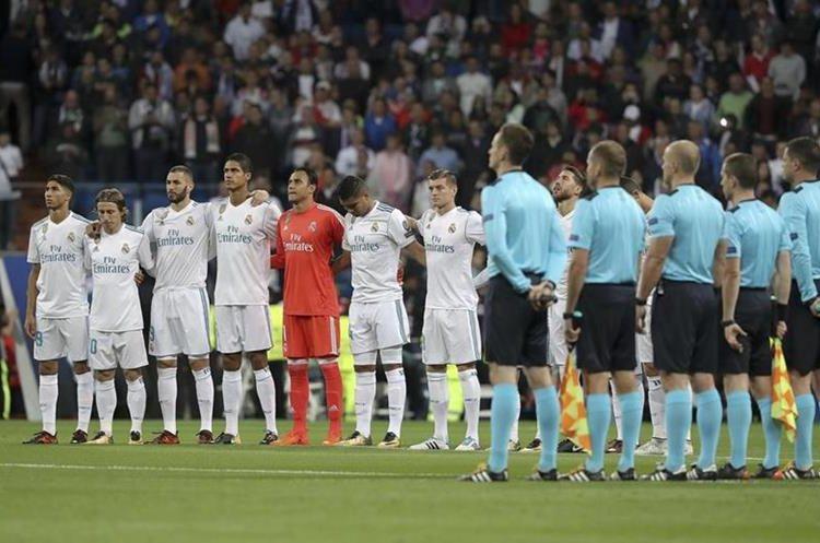 Los equipos guardaron un minuto de silencio previo al juego por las víctimas de los incendios en España y Portugal.
