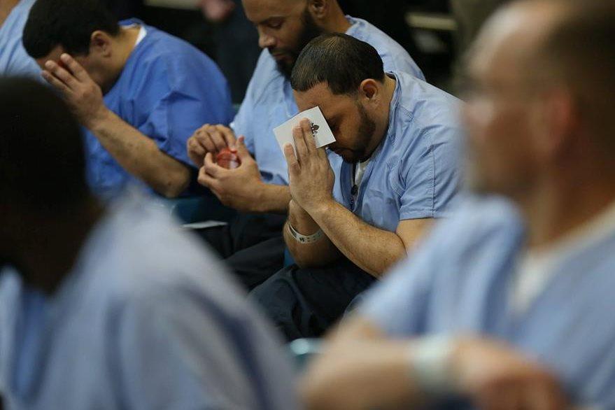 El reo David Hernandez (Centro), reza durante la vista que el papa Francisco hizo al lugar donde guarda prisión en Filadelfia. (Foto Prensa Libre: EFE).