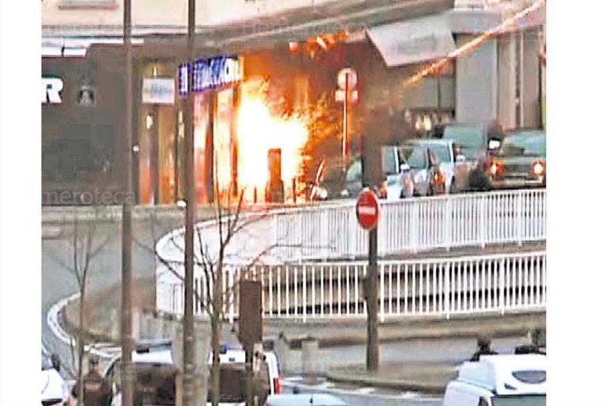 Una de las explosiones en el supermercado judío, en París, donde fueron liberados 16 rehenes. Foto del 10/1/2015. (Foto: Hemeroteca PL)