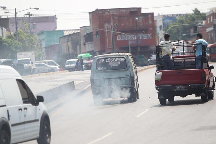 Todo tipo de vehículo causa contaminación, lo que repercute en la salud de los vecinos, aseguran expertos. Las calles de la capital son las más afectas por ese problema. (Foto Prensa Libre: Érick Ávila)
