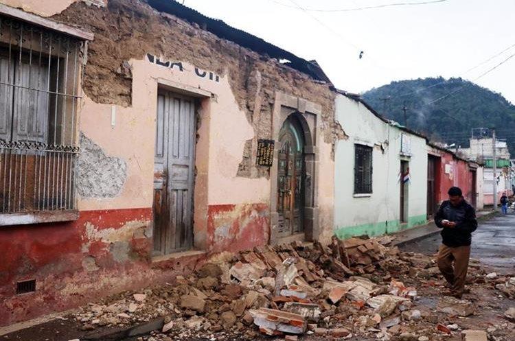 El sismo de 6.6 grados causó daños en varios inmuebles  de la Ciudad de Quetzaltenango. (Foto Prensa Libre: Carlos Ventura)