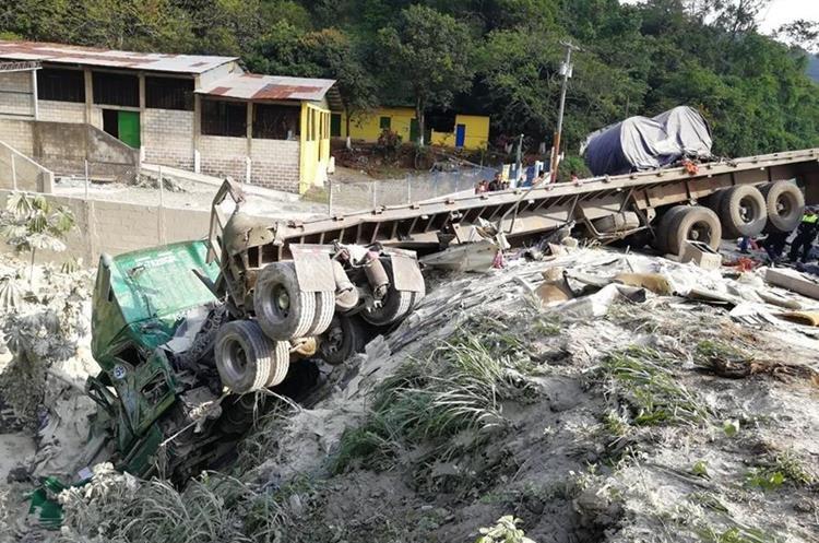 Uno de los tráileres cayó a una hondonada. (Foto Prensa Libre: Enrique Paredes).