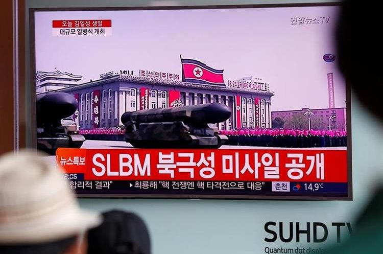 Las autoridades de Corea del Norte han presentado en la capital, Pyongyang, un misil balístico para submarinos. (Foto Prensa Libre: EFE)