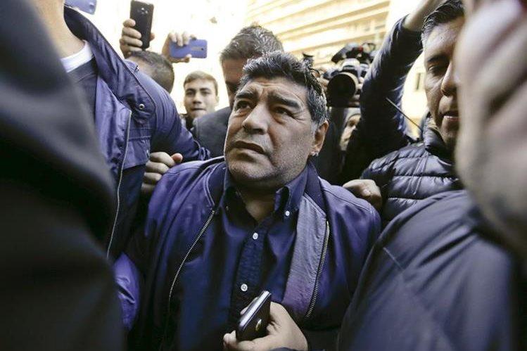 Diego Armando Maradona recientemente mostró su malestar al ser interrumpido en una reunión con dirigentes de la Fifa. (Foto Prensa Libre: AP)