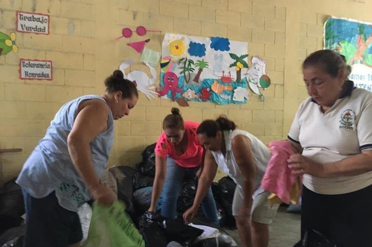 Las maestras de la Escuela Rural de San Miguel Los Lotes también están ayudando en albergues. (Foto, Prensa Libre: Facebook Nely Mayén).