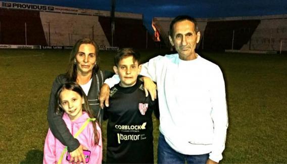 Franco Villegas, con su familia. (Foto Prensa Libre: Tomada del Internet)