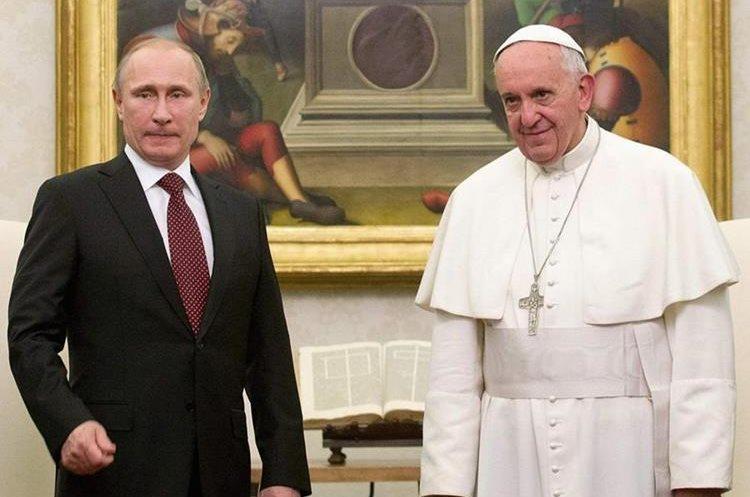 Vladimir Putin, mandatario ruso, junto al Papa Francisco. (Foto Prensa Libre: Posta).