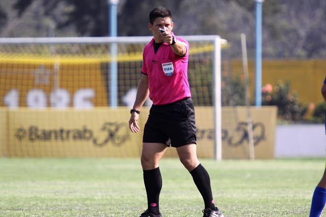 Óscar Reyna dirigirá su partido 11 del torneo Clausura 2016, estará en el clásico 292, del próximo domingo. (Foto Prensa Libre: Hemeroteca)
