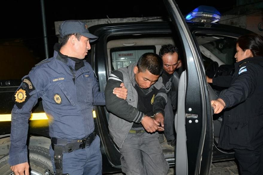 Los dos guardias capturados el jueves último. (Foto Prensa Libre: María José Longo).