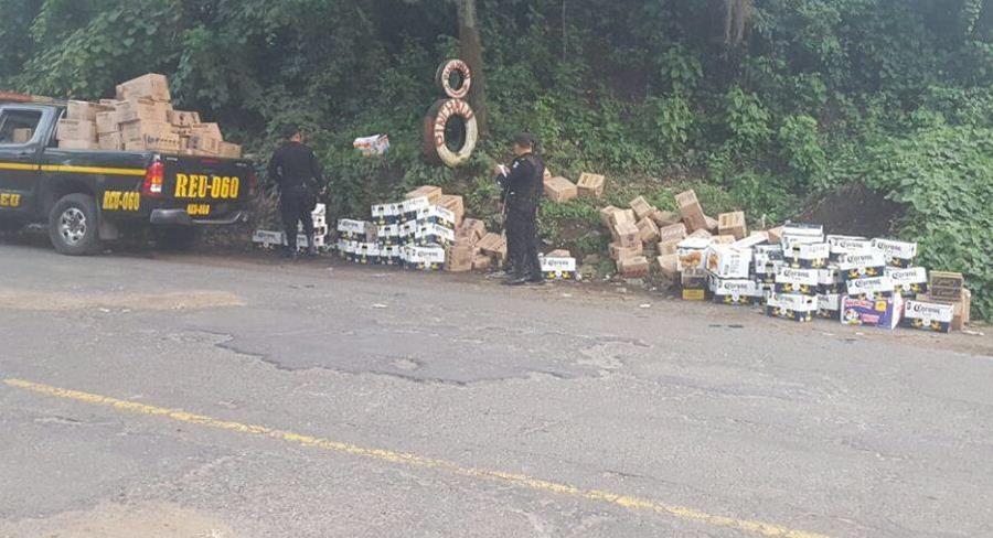 Agentes policiales contabilizan mercadería incautada en Retalhuleu. (Foto Prensa Libre: PNC)