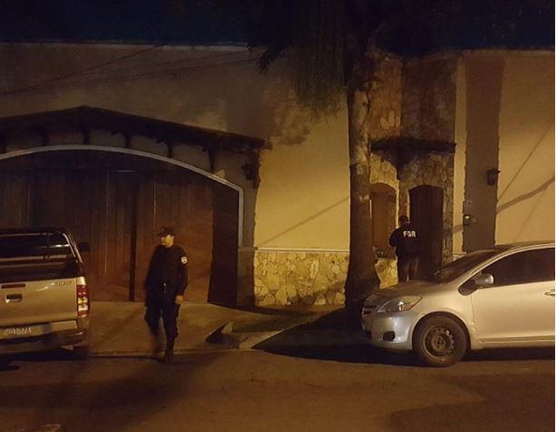 Policías salvadoreños custodian la vivienda de Mauricio Funes durante el allanamiento. (Foto: La Prensa Gráfica).