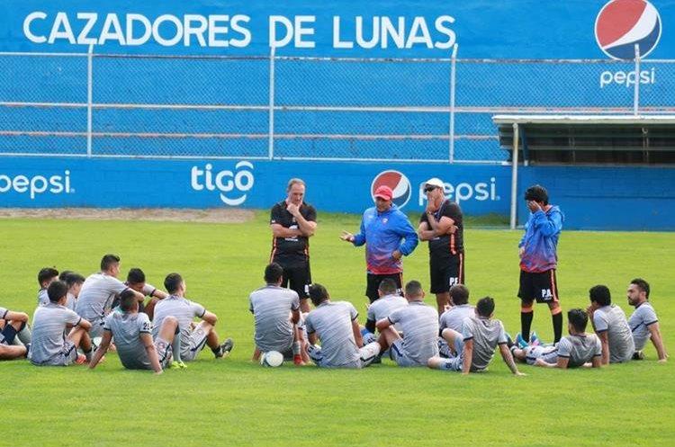 Xelajú debe ganar su partido ante Municipal y esperar algunos resultados para quedar segundo lugar y avanzar directo a semifinales. (Foto Prensa Libre: Raúl Juárez)