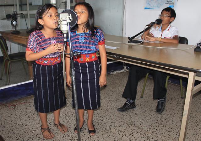 Amanda Isabel Gómez y K'aterin Coj Sican tiene un programa infantil en pocomam en Palín, Escuintla. (Foto Prensa Libre: Carlos Paredes)