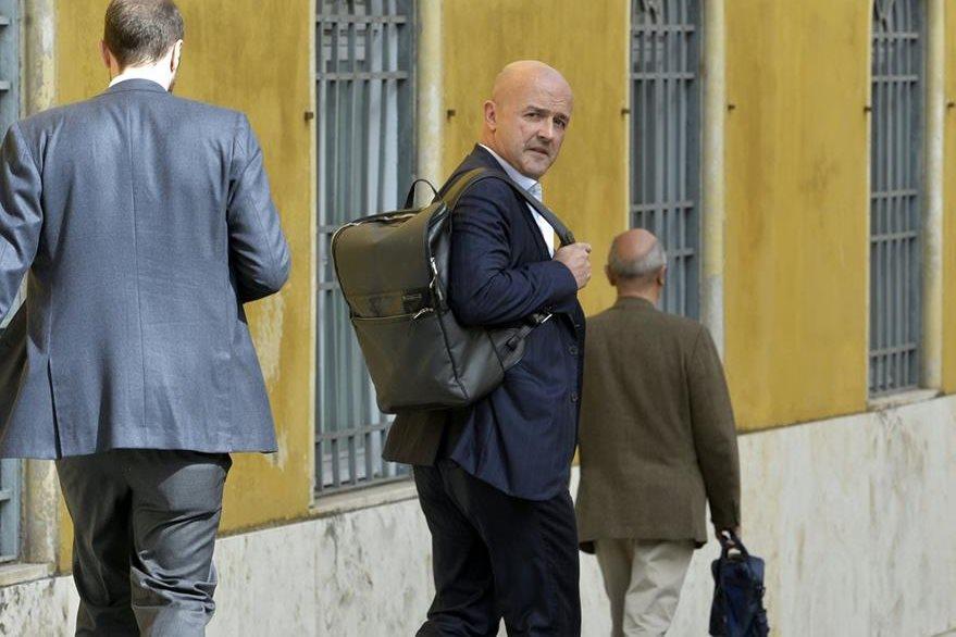 Gianluigi Nuzzi, periodista italiano, llega a la audiencia en el Vaticano por el caso Vatileaks. (Foto Prensa Libre: AFP).