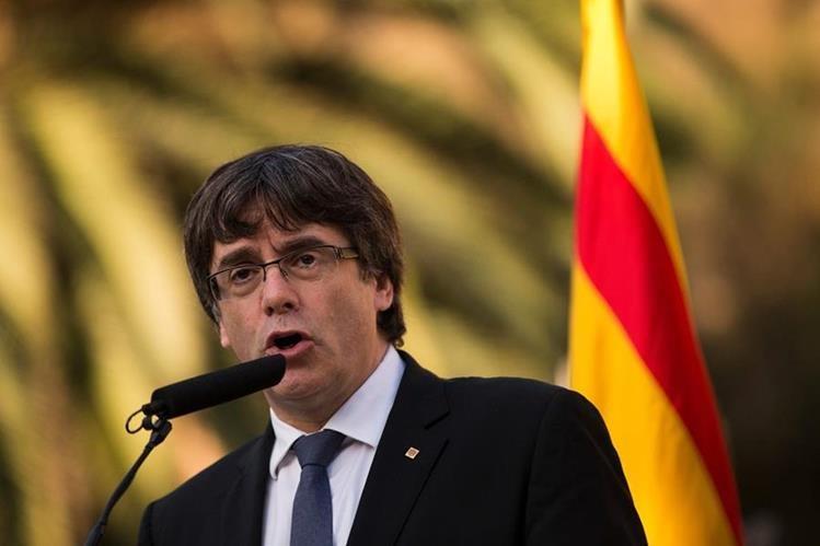 El presidente de la Generalitat, Carles Puigdemont pronuncia unas palabras durante la tradicional ofrenda ante la tumba del presidente de la Generalitat republicana Lluís Companys. (AFP).