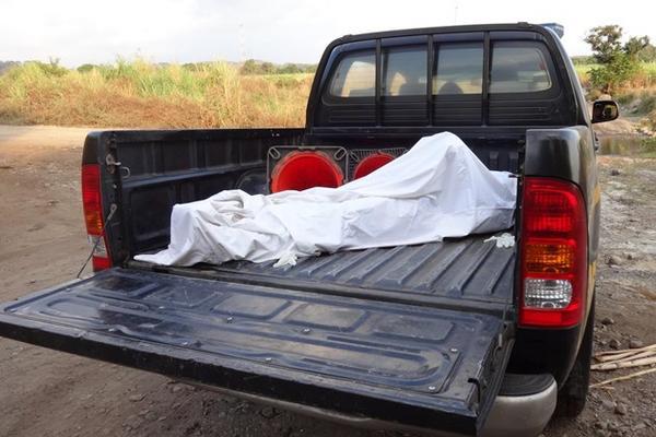 <p>El cadáver de Francisco Panjoj Yoxom, de 25 años, es llevado en un autopatrulla a la morgue de Tiquisate, Escuintla. (Foto Prensa Libre: Omar Méndez)<strong><br></strong></p>