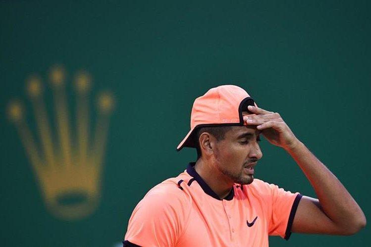 El tenista australiano Nick Kyrgios luce desconsolado después de perder conta Mischa Zverev en el Masters de Shanghai (Foto Prensa Libre: AFP)