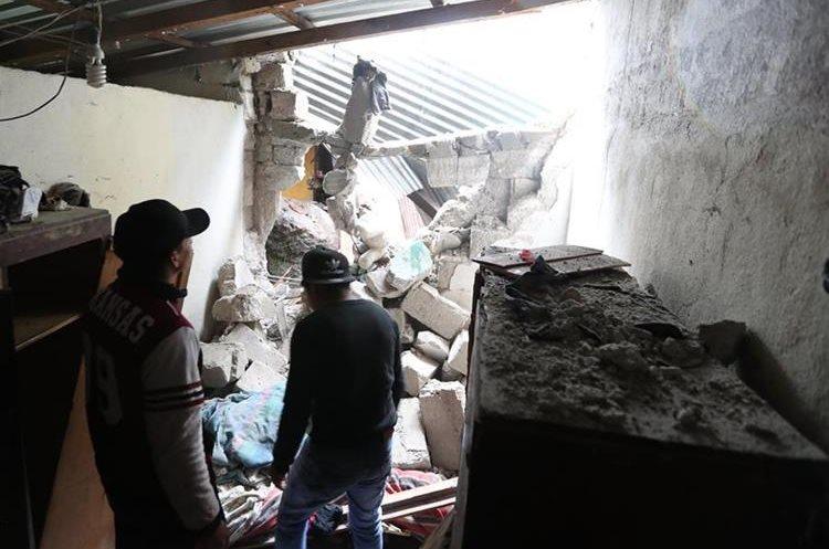 Personal de la Conred evalúa los daños en tres viviendas en Santa Ana, zona 1 de Xela. (Foto Prensa Libre: Fred Rivera)