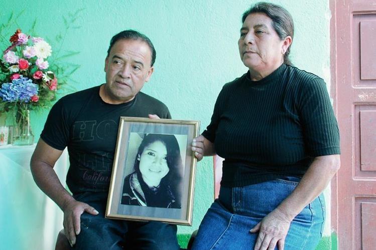 Los Padres de Rody Roxana Matías Vásquez no dan crédito de lo sucedido. (Foto Prensa Libre: Mike Castillo)
