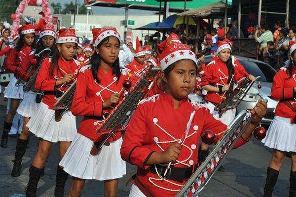 <p>Participaron bandas musicales escolares, carrozas y se personificó a  figuras del cine y televisión. (Foto Prensa Libre: Jorge Tizol)</p>