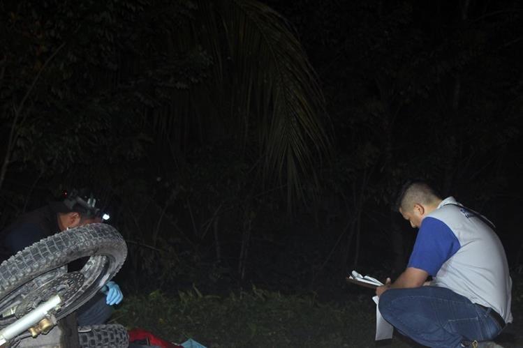 Peritos del Ministerio Público examinan el área donde ocurrió un accidente y murieron dos personas, en Morales, Izabal. (Foto Prensa Libre: Edwin Perdomo)