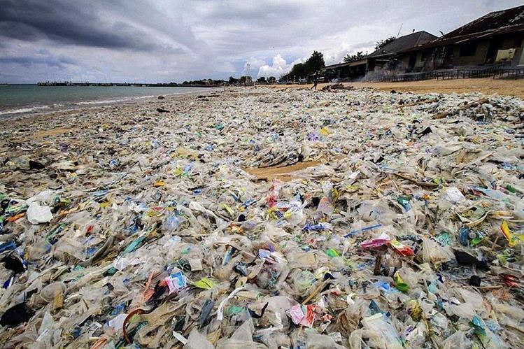 Vista de las montañas de plástico que cubren la playa de Kerobokan, en la isla indonesia de Bali. (Foto Prensa Libre: EFE).