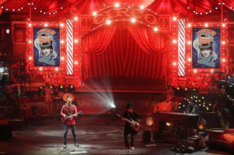 El Circo Soledad es el tema escenográfico y musical que marca la gira más reciente de Arjona (Foto Prensa Libre: Keneth Cruz)