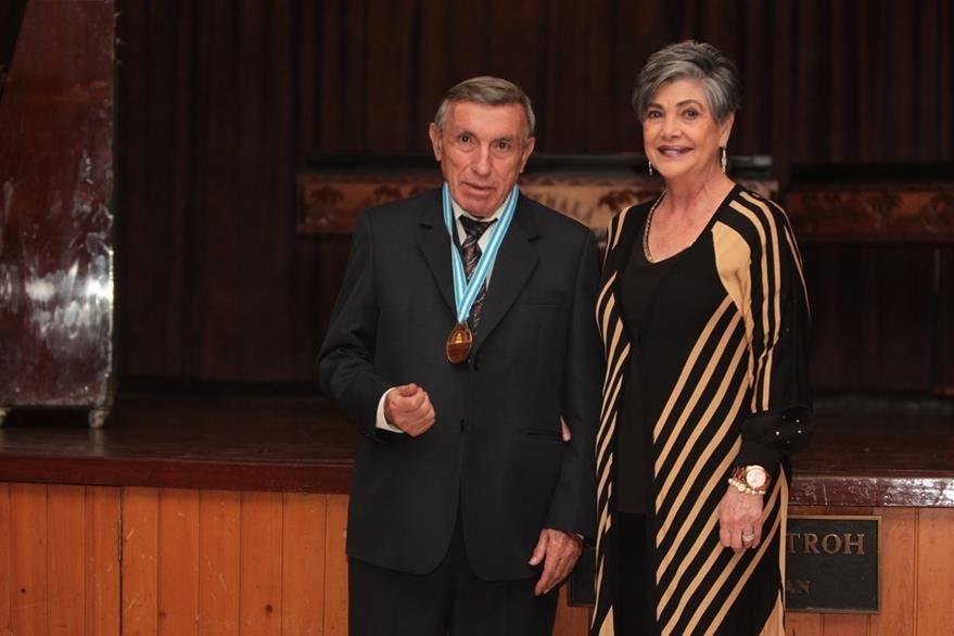 En interpretación musical fue condecorado el maestro Petronio Nájera.Colocó la medalla, Julieta de Schilling. (Foto Prensa Libre: Edwin Castro)