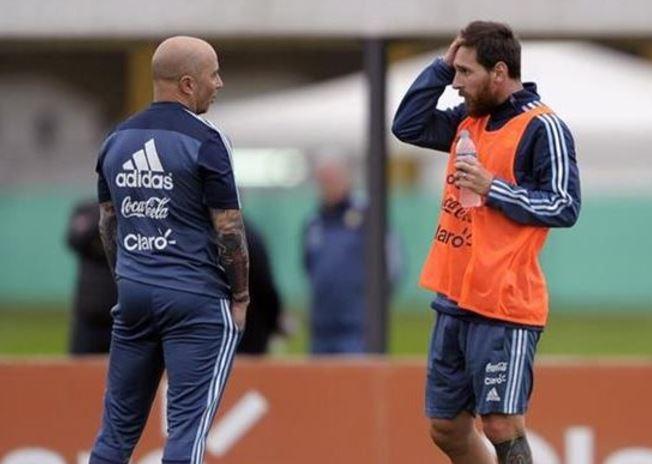 Lionel Messi, es el llamado a demostrar su liderazgo en la Selección de Argentina para vencer a Uruguay. Un partido de alta tensión en la búsqueda de la clasificación a Rusia 2018. (Foto Prensa Libre: AFP).