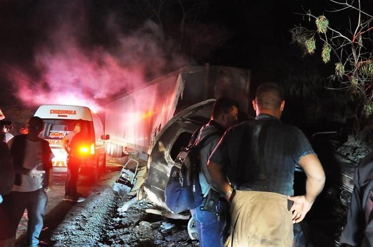El vehículo donde viajaban cinco personas se incendió, tres murieron carbonizadas. (Foto Prensa Libre: Mario Morales)