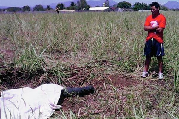 Poblador de  de Escuintla observa el cadáver  de  Jonathan Gómez. (Foto Prensa Libre: Enrique Paredes)