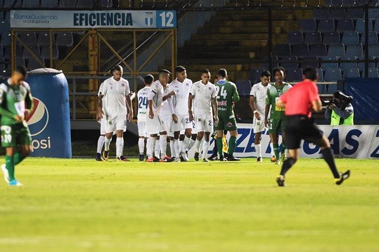 Así festejaron los cremas en el juego frente a Suchitepéquez. (Foto Prensa Libre: Norvin Mendoza)