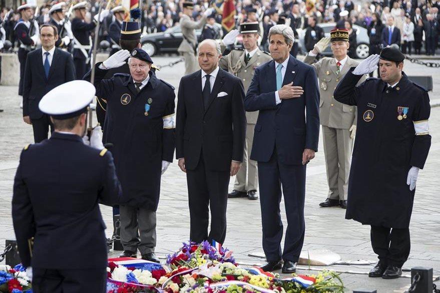 El secretario de Estado de EEUU, John Kerry (c-d), y el ministro de Asuntos Exteriores francés, Laurent Fabius (c-i), participan en una ofrenda floral ante el Monumento al Soldado Desconocido situado bajo el Arco del Triunfo en Francia. (Foto Prensa Libre: EFE).