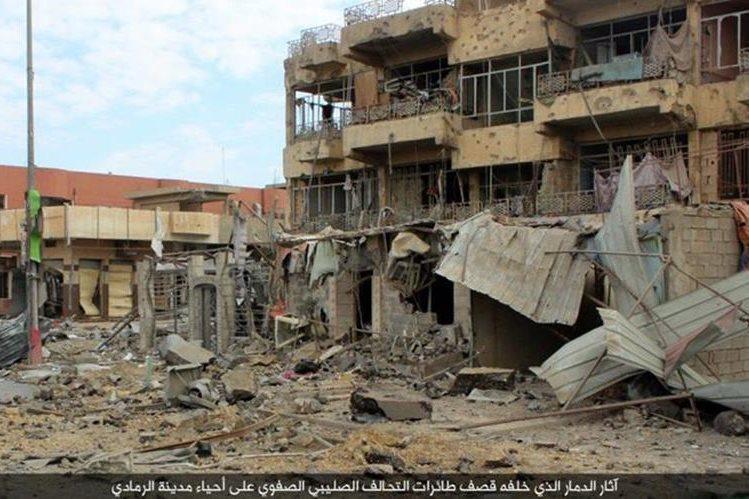 Un edificio luce en ruinas en Ramadi después de que la ciudad fue liberada de los yihadistas. (Foto Prensa Libre: AP).