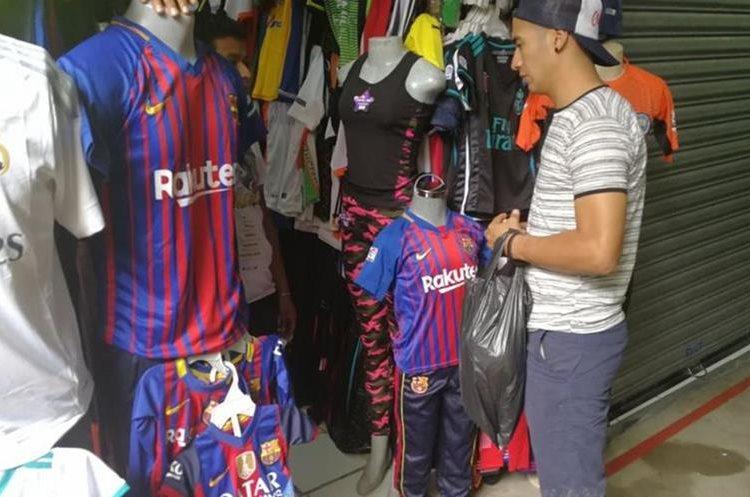 Aficionados buscan la réplica de la camisola del PSG en la plaza El Amate. (Foto Prensa Libre: Estuardo Paredes)