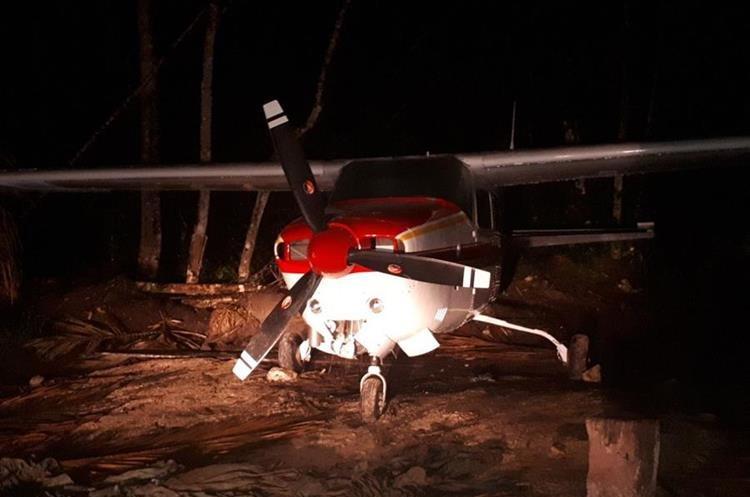 Avioneta hizo un aterrizaje clandestino. (Foto Prensa Libre: PNC)