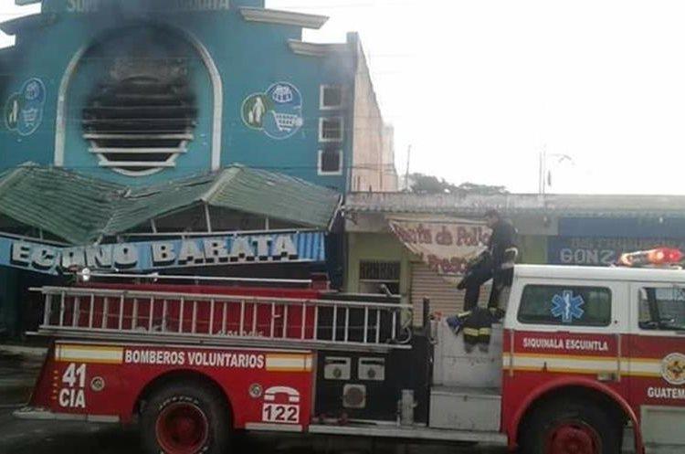 Para controlar el incendio fue necesario que acudieran unidades contra incendios de los Bomberos Voluntarios de diferentes compañías, para evitar que el fuego se propagara a otros comercios. (Foto Prensa Libre: Enrique Paredes)