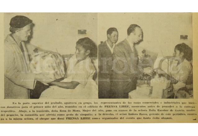 La señora Rosa de Mora, nombrada Mujer del Año 1955 e Isidoro Zarco, gerente de Prensa Libre hicieron entrega a la madre del niño ganador del concurso, los regalos correspondientes al primer lugar. (Foto: Hemeroteca PL)