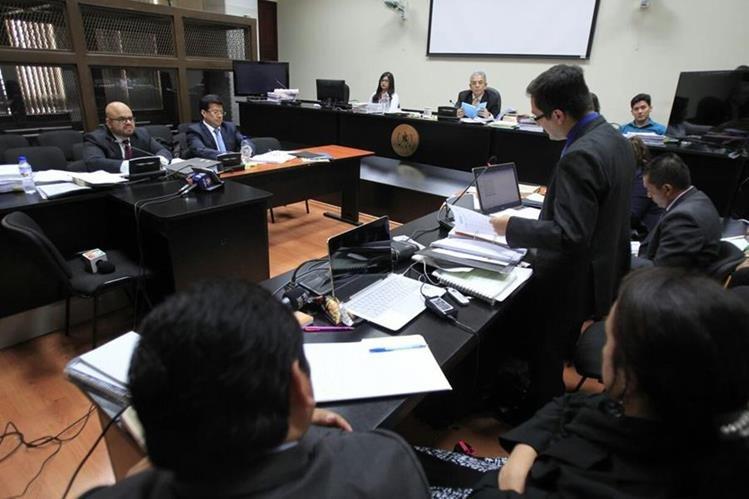 El fiscal de la Feci argumenta la acusación contra el magistrado Charchal. (Foto Prensa Libre: Paulo Raquec)