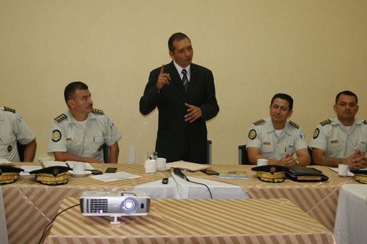 Francisco Rivas Lara, ministro de Gobernación, durante la primera reunión con autoridades de la PNC. (Foto Prensa Libre: Mingob)