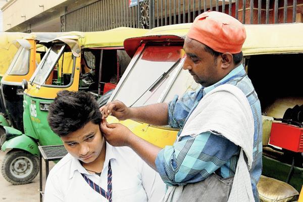 """Mohammed Haneez trabaja como """"limpiador de oídos"""" en la India. (Foto Prensa Libre: EFE)."""