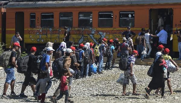 Inmigrantes se disponer a subir a un tren en Gevgelija, Macedonia.