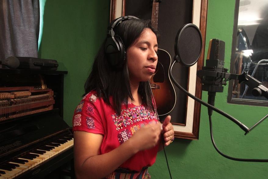 La cantante Sara Curruchich ha destacado en los escenarios locales. (Foto Prensa Libre: Hemeroteca PL)