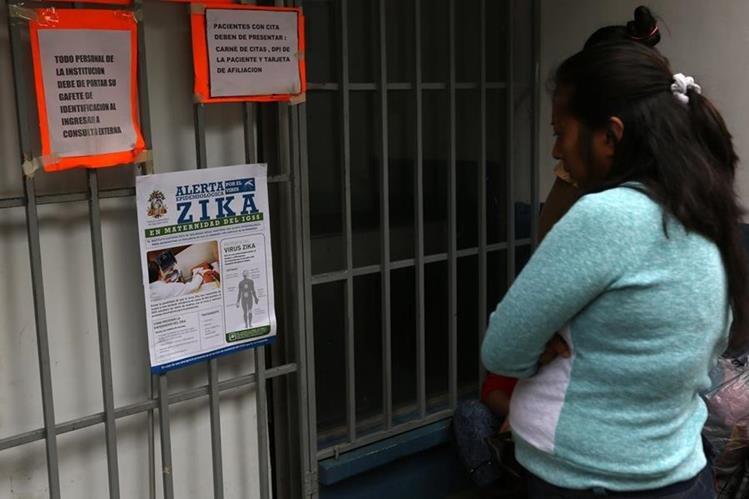 Una mujer lee información sobre la transmisión del zika en un hospital de Guatemala. (Foto Prensa Libre: AFP).