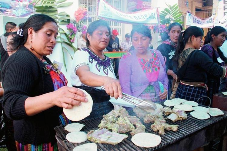 Mujeres preparan alimentos en festival efectuado en Huehuetenango. (Foto Prensa Libre: Mike Castillo)
