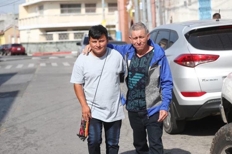 Pedro Perebal y su padre caminan hacia el aeropuerto La Aurora. (Foto Prensa Libre: Érick Ávila)